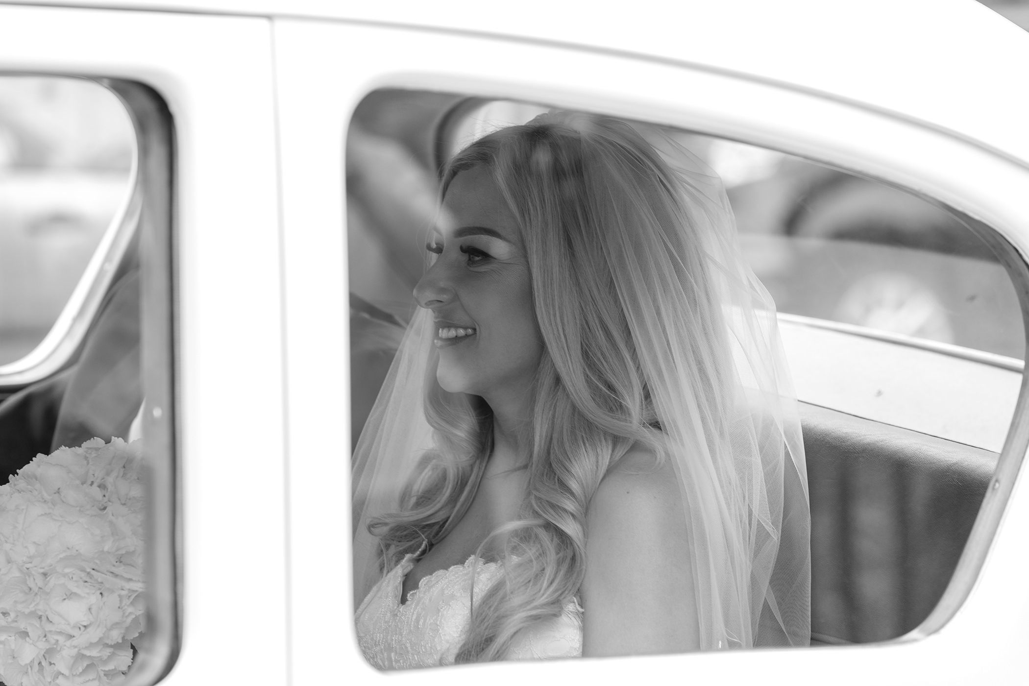 the bride Layla in the back of the wedding car